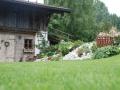 Hangbepflanzung, Stein im Garten
