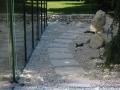 Stein im Garten, Trittplatten durch Kiesbeet, Findling