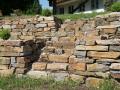Trockenmauer aus Stainzer Gneis, integrierte Treppe in der Trockenmauer