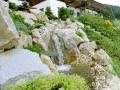 Wasser und Stein im Garten, Hangbepflanzung mit Bachlauf