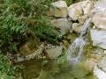 Wasser und Stein im Garten, kleiner Wasserfall