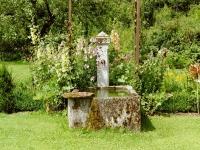 Brunnen mit Patina an Gemüsegarten