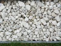 Rasen, Stein, Holz – Spannendes Abwechseln von Materialen in der Gartengestaltung