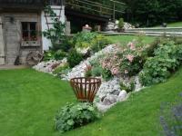 Rasen und Steingartenbeet als Böschungsbepflanzung nach einem Jahr Teil 3
