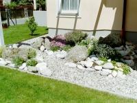 Steingarten-Pergola mit Flusssteinen