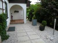Betonplatten sauber in Weissenbacherschotter verlegt