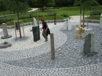 Spannende Linienführung mit Granitwürfel und Bruch in Skulpturgarten (Gartenschau)