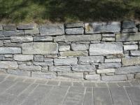 Natursteinmauer mit Mörtel verfugt