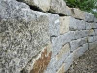 Trockenmauer aus beschlagenen Granitsteinen