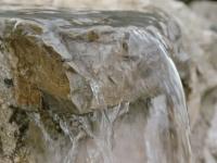 Wasser - Quell des Lebens, hier in Form eins kleinen Wasserfalls