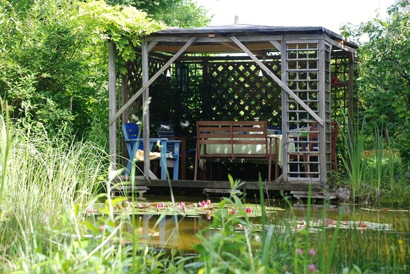 gemütlicher Sitzplatz am Wasser