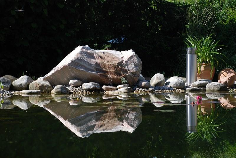 Quellstein Spiegelung Stein Im Wasser Der Service Gartner