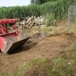 Mangels Bagger wird mit dem Hoftrack der Rasen abgezogen und ausgekoffert