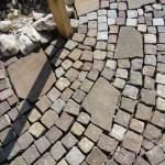 Pflasterfläche gemischt aus Prophyrplatten und Porphyrwürfel
