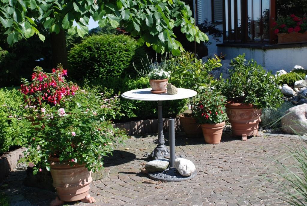 runder Sitzplatz, gepflastert mit Porphyrwürfeln