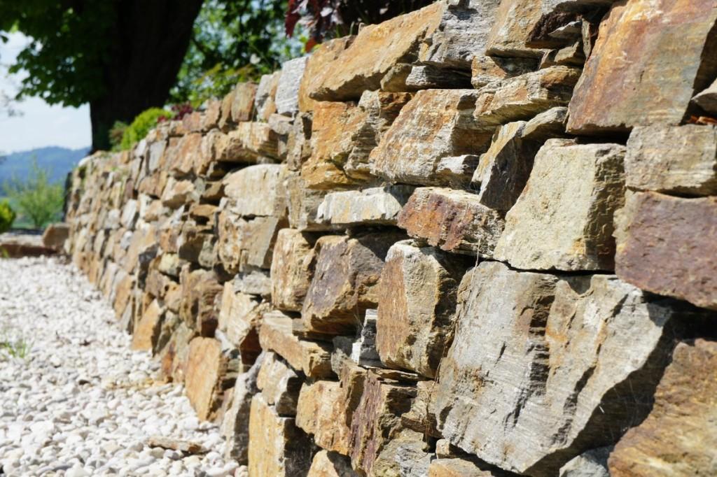 Trockenmauern oder Sichtbetonmauern verbunden mit Beleuchtungselementen