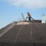 ein Mitarbeiter bringt Dachgartensubstrat auf