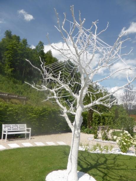 weiße bemalter Baum