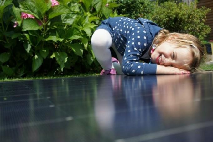 Tochter mit Photovoltaikzellen für Stromerzeugung
