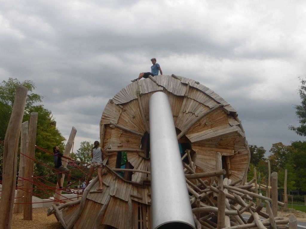 der Spielplatz - natürlich ist auch dieser vor uns nicht sicher - Elias erklimmt das Schneckenhaus