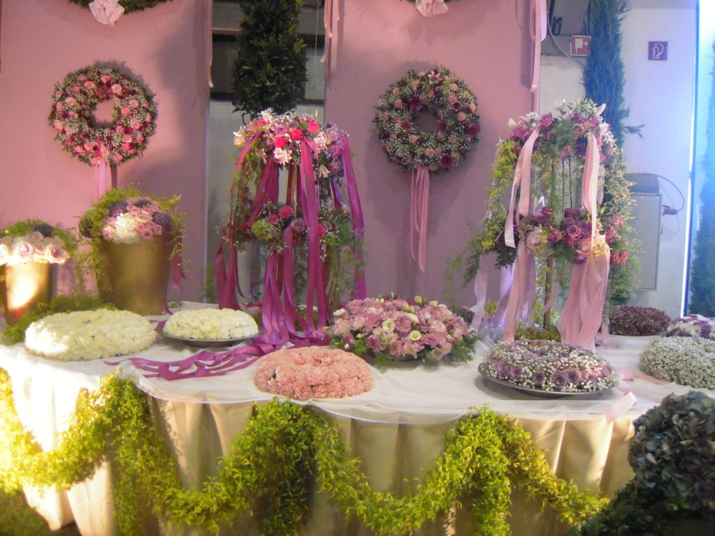Rosen sind in der Floristik allgegenwärtig, Gestecke, Tischkränze, Sträuße